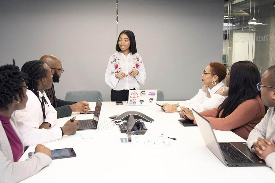 Grupo de compañeros de trabajo negros teniendo una reunión