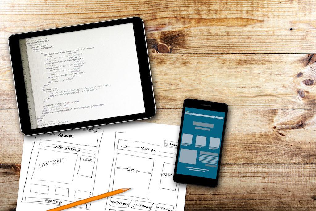 Diseño de mapa de un sitio en diferentes dispositivos y papel físico