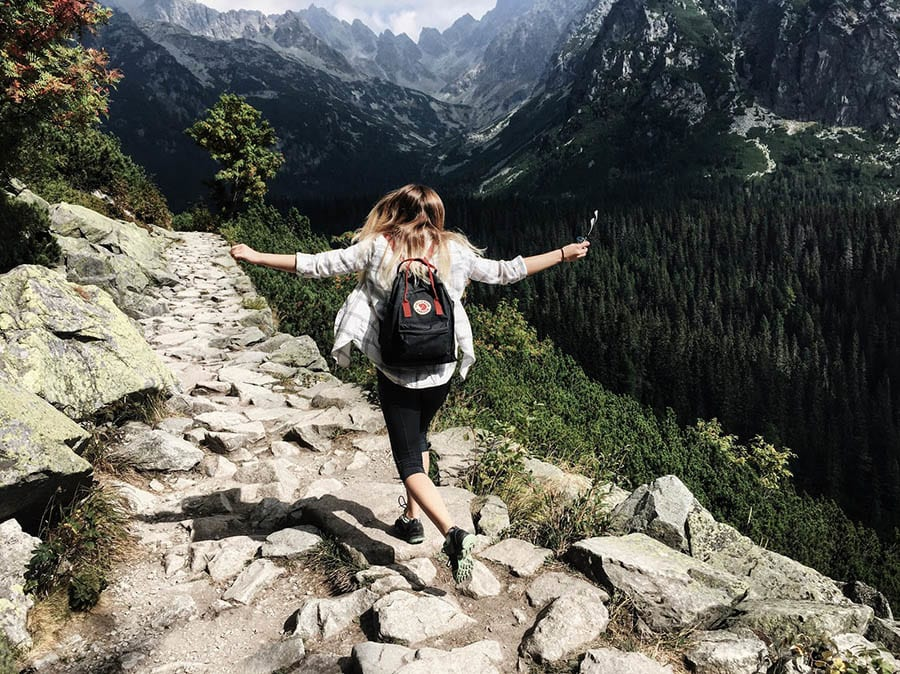 Mujer en una ruta de senderismo en una montaña
