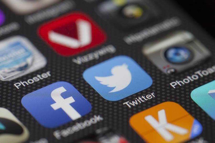 Pantalla de dispositivo móvil con aplicaciones de redes sociales